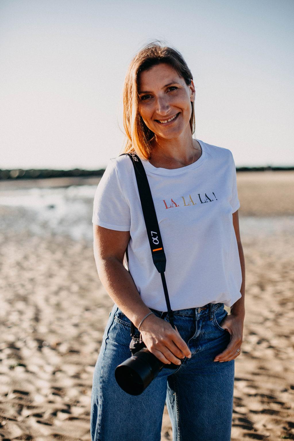 portrait julie lebailly photographe et videaste et présentatrice en Normandie